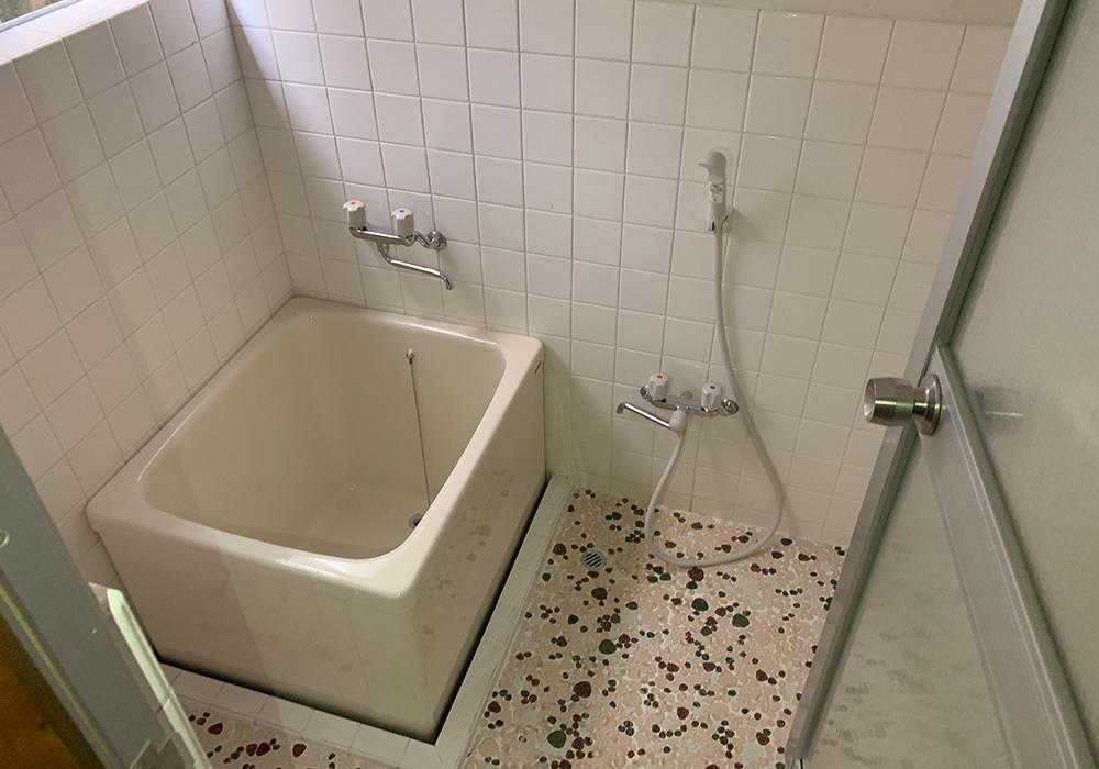 時代を感じる石敷きの床×正方形の浴槽