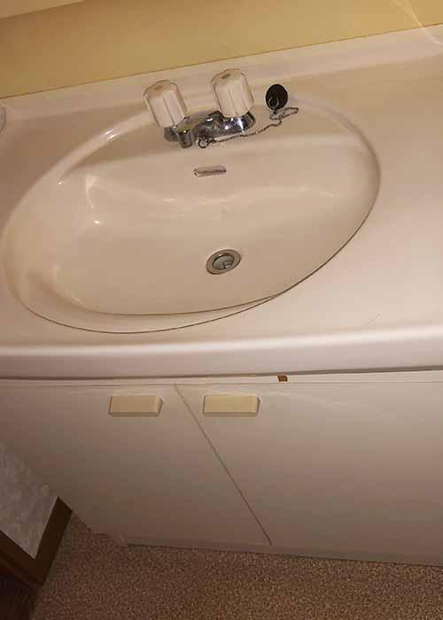 リノベーション前の独立洗面台です